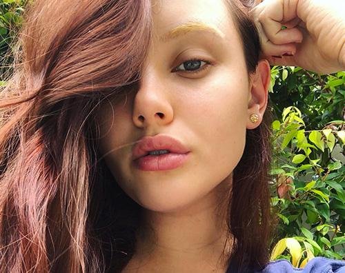 Katherine langford Katherine Langford sfoggia sopracciglia bionde su Instagram