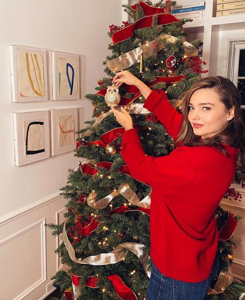 Miranda Kerr Miranda Kerr prepara l'albero di Natale