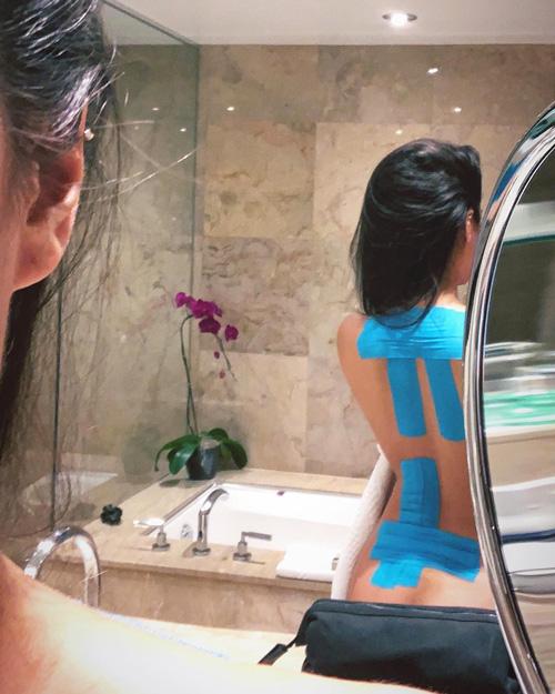 Shay Mitchell Shay Mitchell mostra i suoi kinesio tape su Instagram