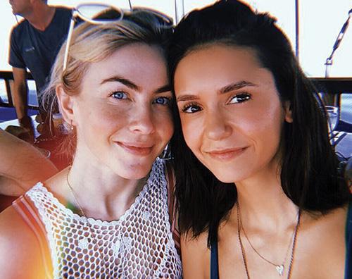 nina dobrev 2 Nina Dobrev in Indonesia con Julianne Hough