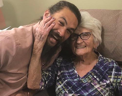 Jason Momoa Jason Momoa è tenero con la sua nonna