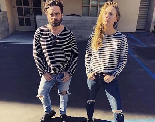 Kaley Cuoco Kaley Cuoco e Johnny Galecki sfoggiano per caso lo stesso outfit