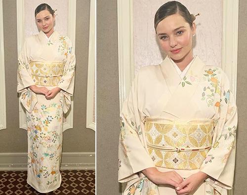 Miranda kERR Miranda Kerr indossa un kimono in Giappone
