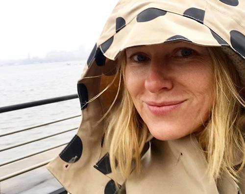 Naomi Watts Naomi Watts sotto la pioggia di New York