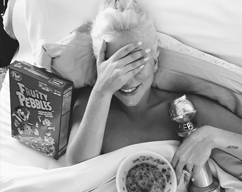 laDY gaGA Lady Gaga a letto col suo Golden Globe