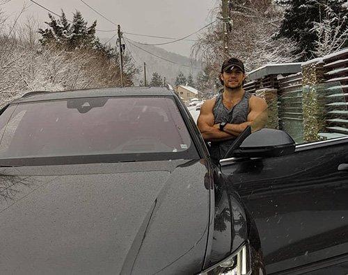 Henry Cavill Henry Cavill mostra i muscoli in mezzo alla neve