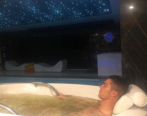 Cristiano Ronaldo Cristiano Ronaldo, relax nella vasca idromassaggio