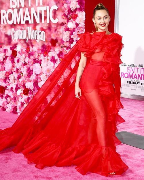 """Miley Cyrus 2 Miley Cyrus fa le veci di Liam alla premiere di """"Non è romantico?"""""""