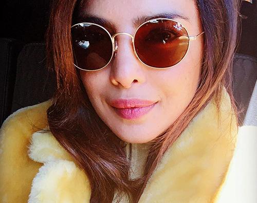 Priyanka Chopra 3 Priyanka Chopra un selfie in giallo