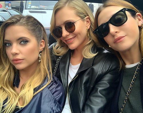 Ashley Benson Poppy Delevingne Ashley Benson sostiene Cara Delevingne alla sfilata di Chanel
