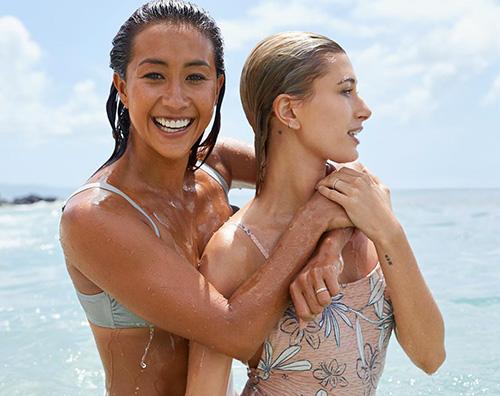 Hailey Baldwin 2 Hailey Baldwin, in spiaggia per lavoro