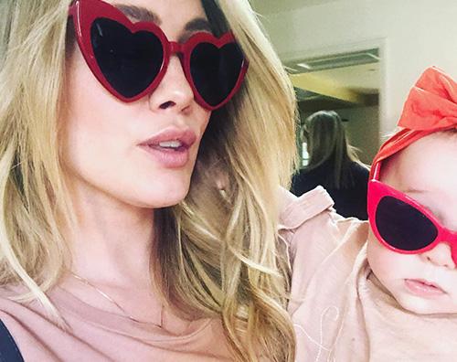 Hilary Duff Hilary Duff e Banks sfoggiano occhiali da sole alla moda