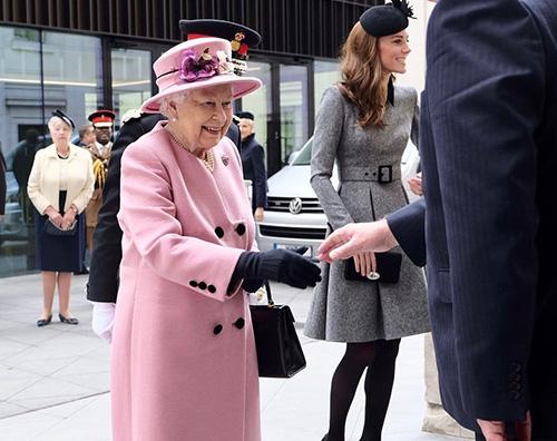 Kate 4 Kate Middleton fa visita al Kings College insieme alla regina