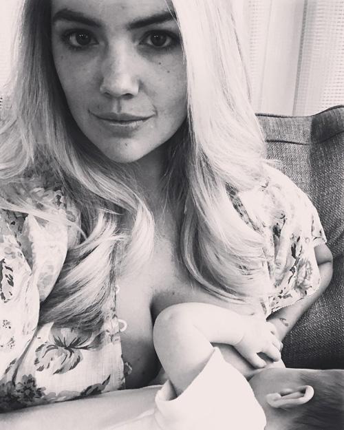 Kate Upton Kate Upton allatta la sua bambina su Instagram