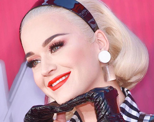 Katy Perry Katy Perry, look anni 50 per gli iHeartRadio Music Awards