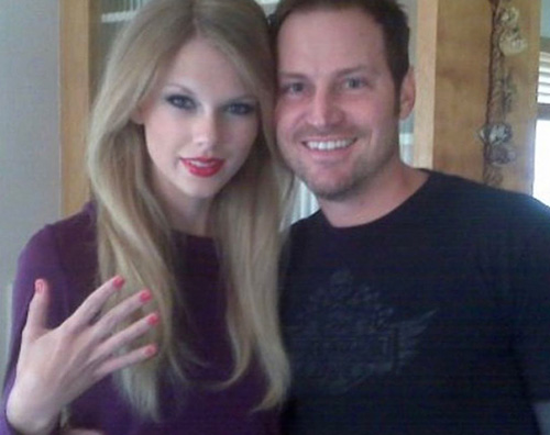 Taylor Swift Manicure rosso fragola per Taylor Swift