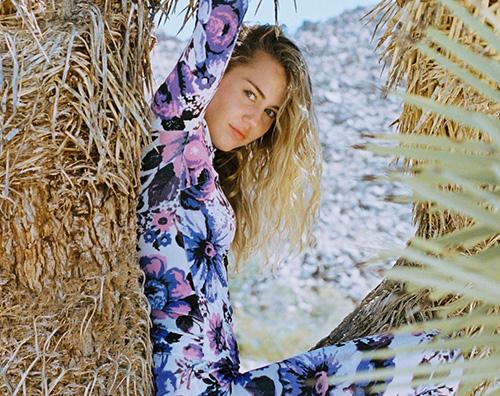 Miley Cyrus 2 Miley Cyrus si arrampica su un albero e il web insorge