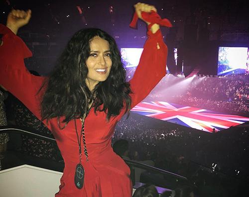 Salma Hayek Salma Hayek in rosso al concerto di Drake