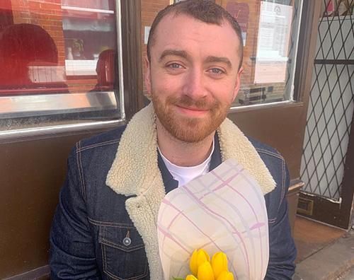 Sam Smith 1 Sam Smith riceve fiori da una fan