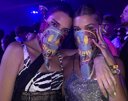 kendall jenner hailey baldwin Kendall Jenner e Hailey Baldwin si incontrano al Coachella