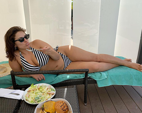 Ashley Graham Ashley Graham in bikini su Instagram