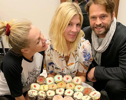 beverly hills 90210 Tori Spelling festeggia il suo compleanno con i colleghi