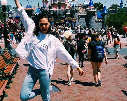 gal gadot Gal Gadot torna bambina a Disneyland