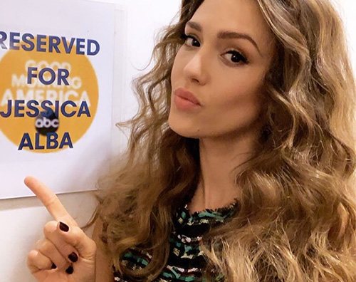 jessica alba Jessica Alba, look romantico per promuovere LAS Finest