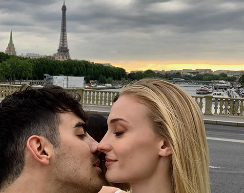 joe jonas sophie turner Joe Jonas e Sophie Turner sono arrivati a Parigi per le nozze