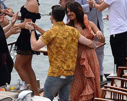 nick priyanka 2 Nick Jonas e Priyanka Chopra, romantici a Parigi