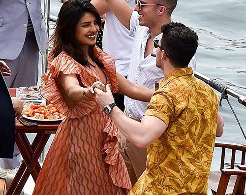 nick priyanka Nick Jonas e Priyanka Chopra, romantici a Parigi