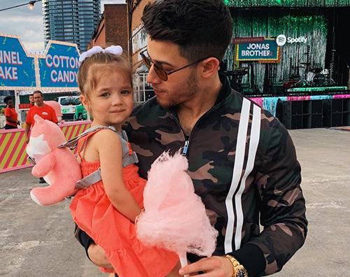 nick jonas Nick Jonas coccola la sua nipotina