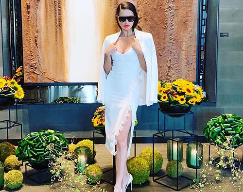 adriana lima Adriana Lima, gambe in mostra a Seoul