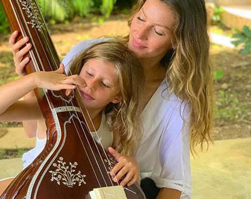 gisele Gisele a lezione di tambura con Vivian