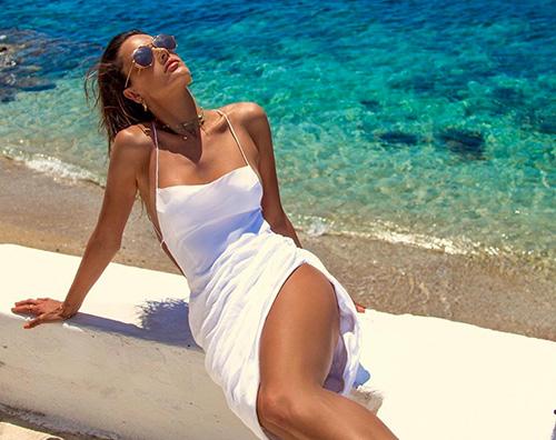 Alessandra Ambrosio Alessandra Ambrosio è ancora al mare