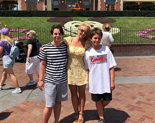 Britney Spears Britney Spears a Disneyland con i suoi figli