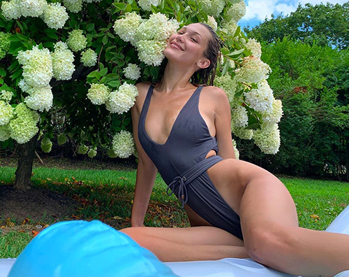 bella hadid 1 Bella Hadid ricarica le pile in piscina