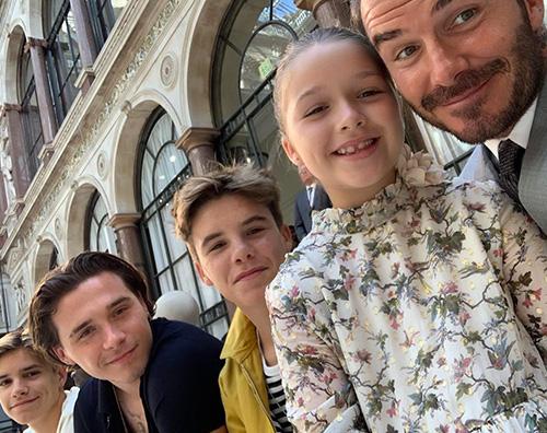 Beckham David con i ragazzi alla sfilata di Victoria