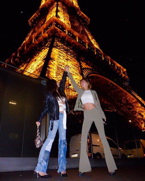 Bella Hadid 1 1 Bella Hadid, una turista sotto la Torre Eiffel