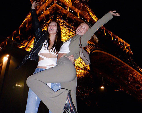 Bella Hadid 2 1 Bella Hadid, una turista sotto la Torre Eiffel