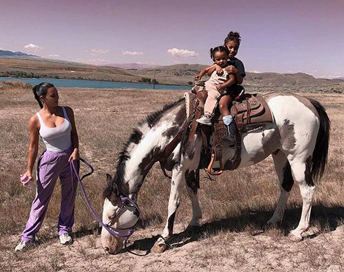 kim kardashian Kim Kardashian, passeggiata a cavallo con le bambine