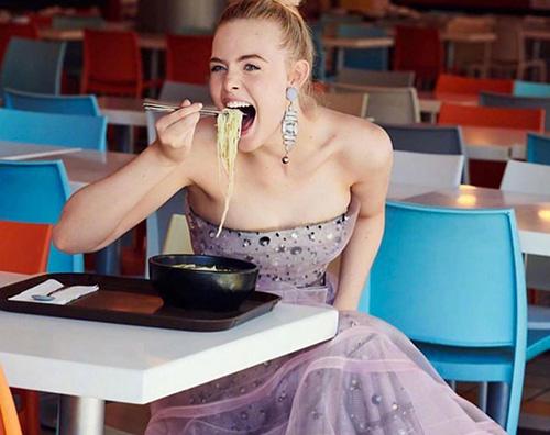 Elle Fanning 1 Elle Fanning mangia ramen in Armani Couture