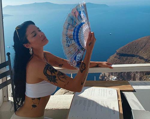 halsey 1 Halsey, fisico al top a Santorini