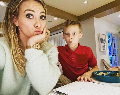 hilary duff 1 Hilary Duff aiuta Luca a fare i compiti