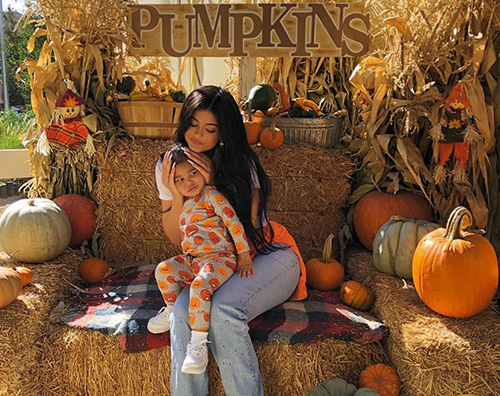 kylie jenner 2 Kylie Jenner a caccia di zucche con Stormi