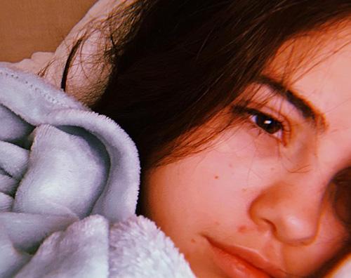 selena gomez Selena Gomez, relax sotto le coperte