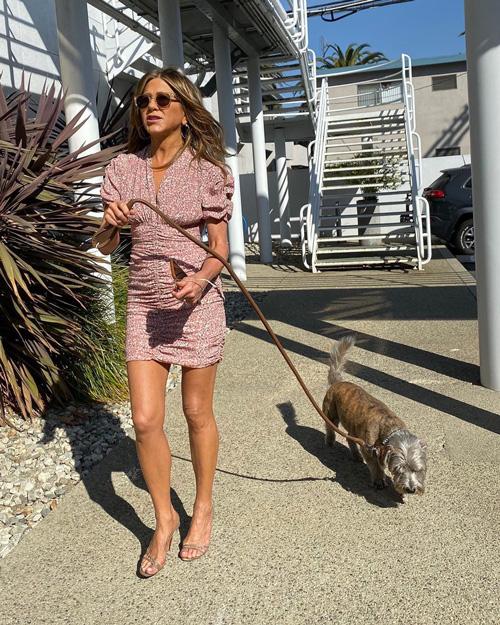 Jennifer Aniston Jennifer Aniston porta il cane a lavoro