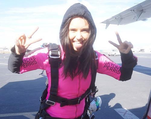 nina dobrev Nina Dobrev si è lanciata col paracadute