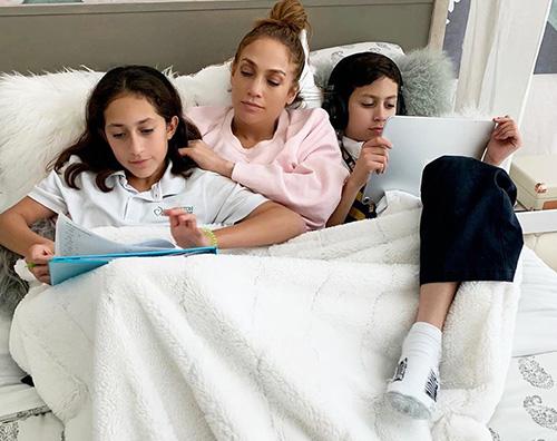 Jennifer Lopez Jennifer Lopez, coccole e compiti nel lettone con i gemelli