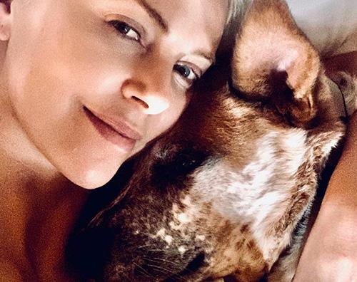 charlize theron Chalize Theron coccola il suo cane su Instagram